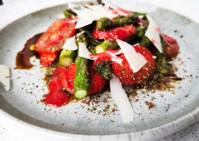 Erdbeer-Spargelsalat mit Mediterrane Grüße